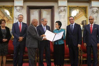 Medina entrega Premio Nacional de Periodismo 2018 a Carmenchu Brusiloff