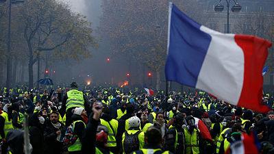 """Francia no descarta decretar estado de emergencia: Protestas de """"chalecos amarillos"""" dejan 412 detenidos y 133 heridos"""