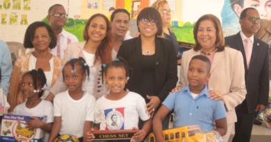 Jacinta Estévez entrega juguetes en escuela Salomé Ureña de Los Coquitos del Isabelita.