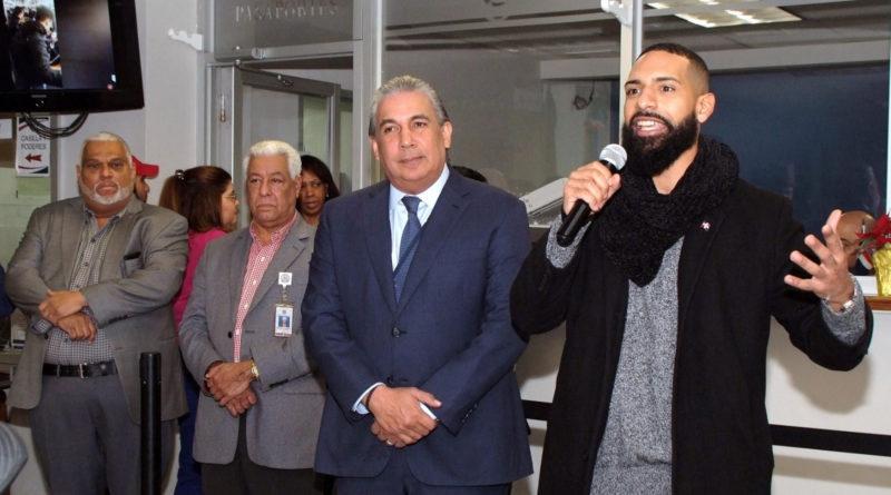 """El héroe dominicano """"Plátano Man"""" visita cónsul Castillo y explica su reacción contra abogada racista en tren"""