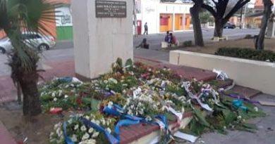 Rompen ofrendas florales a Duarte para vender los palos