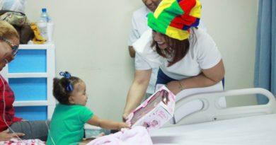 Karen Ricardo y Fundación Fiel llevan alegría a niños del Hospital Dr. Darío Contreras.