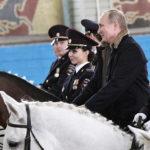 Putin monta a caballo junto con mujeres jinete de la Policía la víspera del Día Internacional de la Mujer