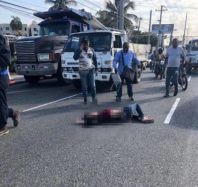 Desde vehículo en movimiento lanzan mujer a pavimento en la 27 de Febrero.