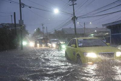 EL AGUA SOBRA : Llueve mucho en Santiago y algunas calles se inundan
