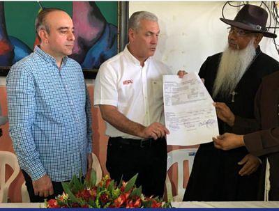 El Ministro de Obras Públicas, Gonzalo Castillo, entregó este viernes 12.5 millones de pesos al Hogar de Ancianos María Trinidad Sánchez.