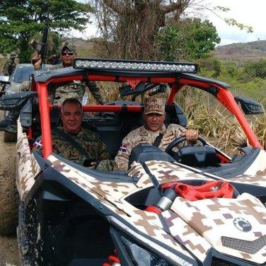 Ministro de Defensa recorre la frontera en compañía del comandante general y el director general de Aduanas