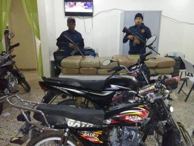NO ESTÁN JUGANDO : En Elías Piña militares incautan droga y motores; narcos huyen