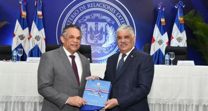 Canciller Vargas pone en vigor reglamento carrera diplomática y manual de misiones
