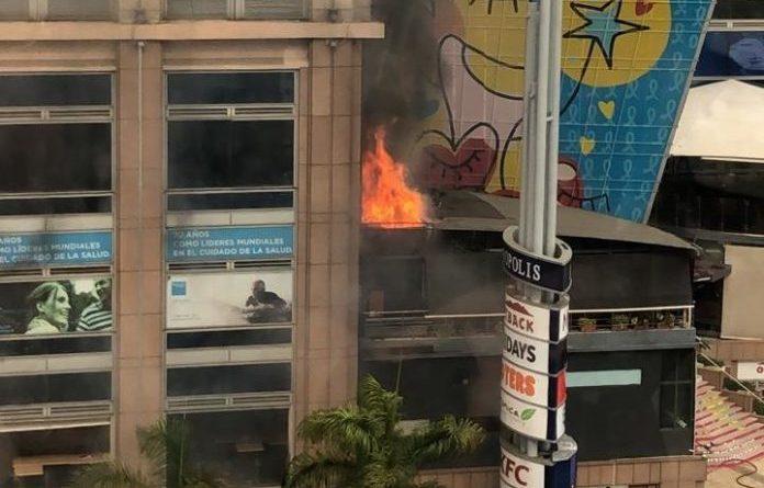 ALERTA FUEGO : Evacúan por incendio la plaza Acrópolis Center