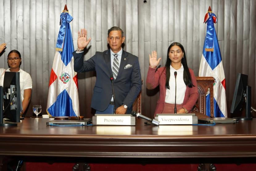 Diputado de Santiago Robinson Díaz lleva decenas de jóvenes al Congreso como diputados por un día