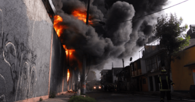 Incendio devora una fábrica de telas en Santiago