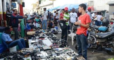 Minimercados callejeros causan más desórdenes que soluciones
