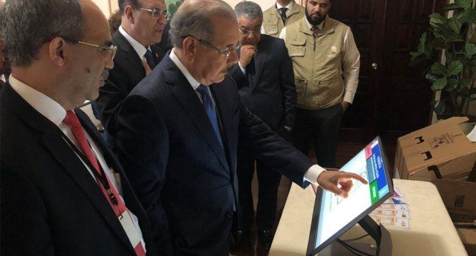 Presidente de la JCE muestra al presidente Medina funcionamiento del voto automatizado