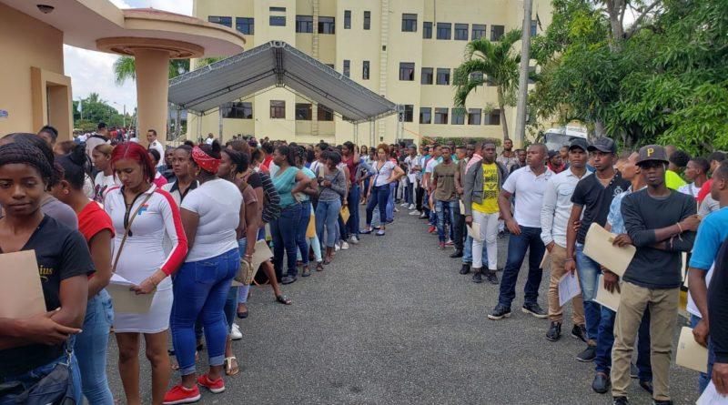 Jóvenes aspirantes a Agentes Penitenciarios de todo el país asisten masivamente a concurso