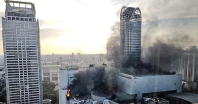 (VIDEO )ALERTA PELIGRO : Se desata un incendio en un rascacielos de Bangkok y hay gente saltando al vacío