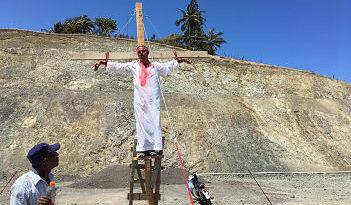ALERTA : Hombre se crucifica en Puerto Plata en contra de relleno sanitario