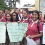 ATENCIÓN :Estudiantes cierran puerta de liceo para impedir docencia