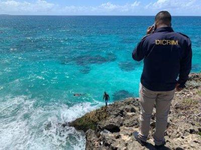 Buzos encuentran partes de un vehículo color blanco en el mar Caribe