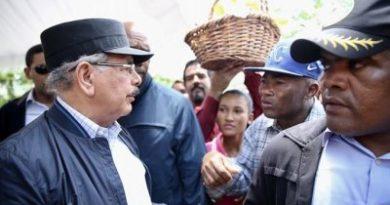 """CURIOSIDADES MANDATARIOS:Llama la atención uso de gorra """"militar"""" de Danilo en una visita sorpresa"""