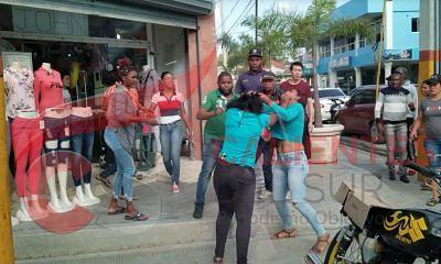 FIERAS : Mujeres se entran a puños frente a una tienda de San Juan