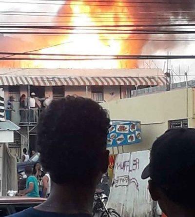 FUEGO ;Incendio consumió un taller de fábrica de t-shirt en su totalidad en Santiago