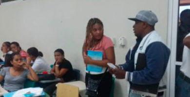 INVESTIGAN SUPUESTO ROBOS EN UNIVERSIDAD : Apresan a una joven acusada de supuestos robos en la sede UASD