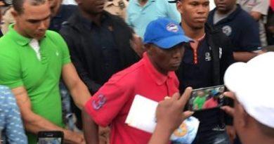 MANIATICO SE MASTURBA :Sorprenden a un haitiano masturbándose en la Feria del Libro