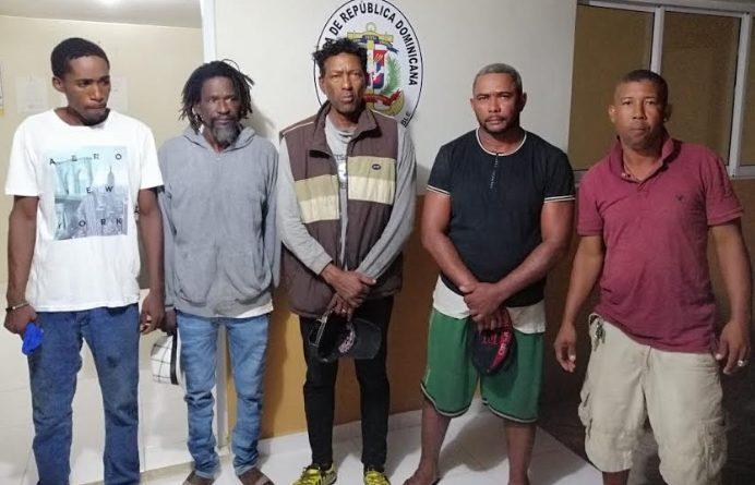 SE SALVAN A CHEPA : Rescatan cinco hombres estaban en una embarcación a la deriva