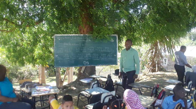 Estudiantes de la comunidad de La Grúa en Imbert reciben docencia en el patio de la escuela, lo cual se encuentra en muy malas condiciones.