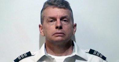 Arrestan a un piloto de American Airlines acusado de triple homicidio minutos antes de despegar