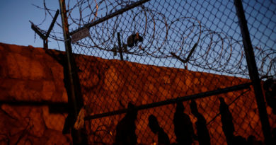 Grupo antiinmigrante estadounidense construye muro privado en la frontera con México