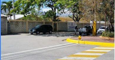 Enajenado mental penetra escuela primaria en El Cercado y hiere al portero