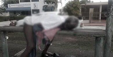 Encuentran anciano muerto en un banco de un parque