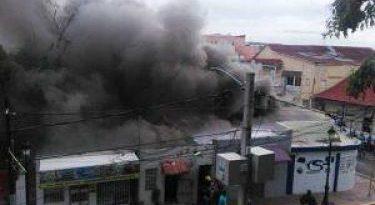 Fuego afecta locales comerciales en sector de Santiago
