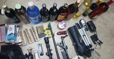 Ocupan cientos de municiones para armas de fuego distintos calibres, pistola y otras evidencias tras allanar dos residencias