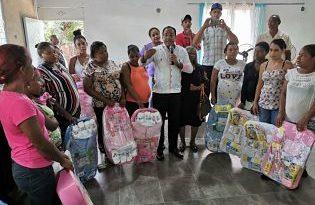 Salvador Holguin lleva alegría y felicidad a las madres de la provincia Dajabón con cientos de regalos
