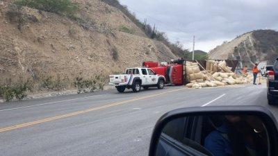 Se voltea camión cargado de arroz en cáscara en «El Número»