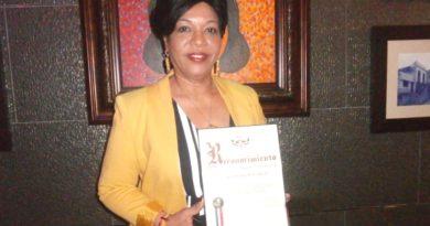 Educadora dominicana reconocida como madre ejemplar aboga por formación con valores en hogares de RD