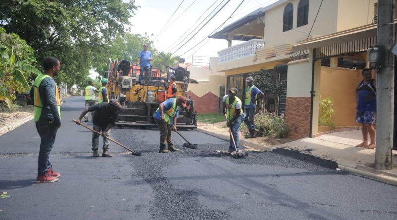 MOPC Y ASDE inician asfaltado de calles en el sector Prado Oriental
