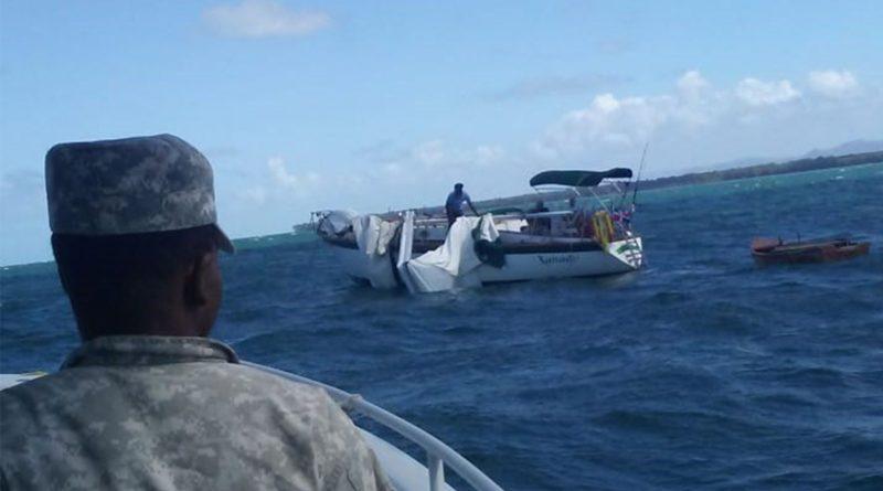 La Armada y Sistema 911 rescatan a 14 personas estaban a la deriva en alta mar