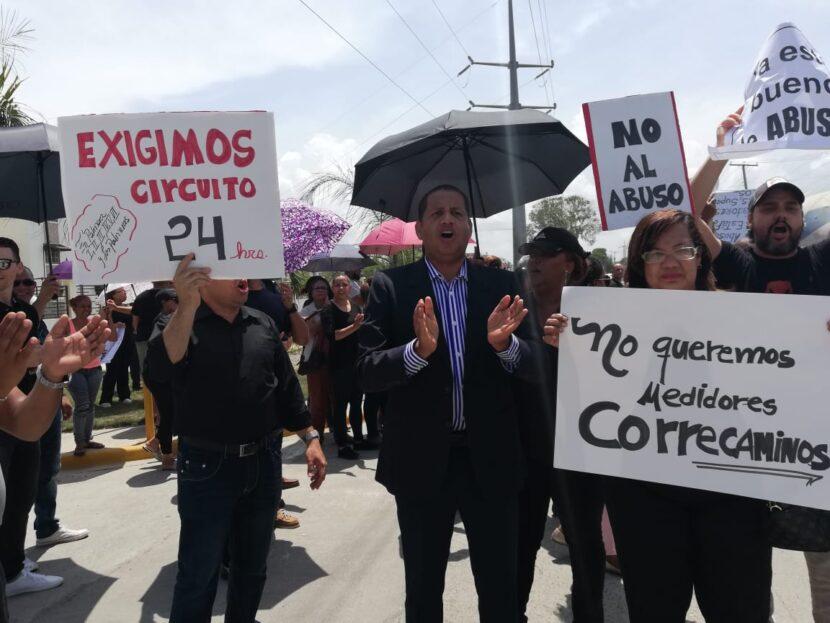 ATENCIÓNEDE ESTE: Moradores de residenciales en San Isidro protestan en demanda energía 24 horas