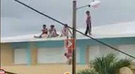 ATENCIÓN:Peligro estudiantes de escuela en el techo del centro