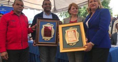 Autoridades de Las Zanjas entregan placas a Yomaira y Demetrio Lluberes