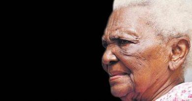 Con 107 años cocina, barre y cose y baja escaleras