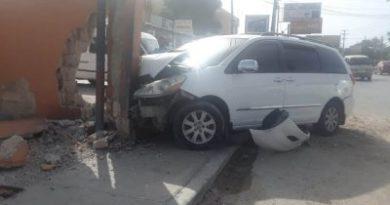 Ocupantes de vehículo se estrellan tras persecución de la Policía Nacional en La Romana