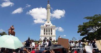 Rechazan modificación a la Constitución en acto en zona monumental de Santiago