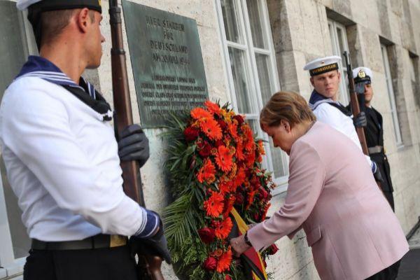 Angela Merkel llama a la resistencia contra el extremismo en el 75 aniversario del atentado fallido contra Hitler