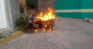Hombre le pega fuego a su motor frente a la Agencia, porque se niegan a entregarle los documentos