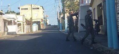 Huelga parcial en Salcedo; se escuchan disparos y detonaciones de bombas